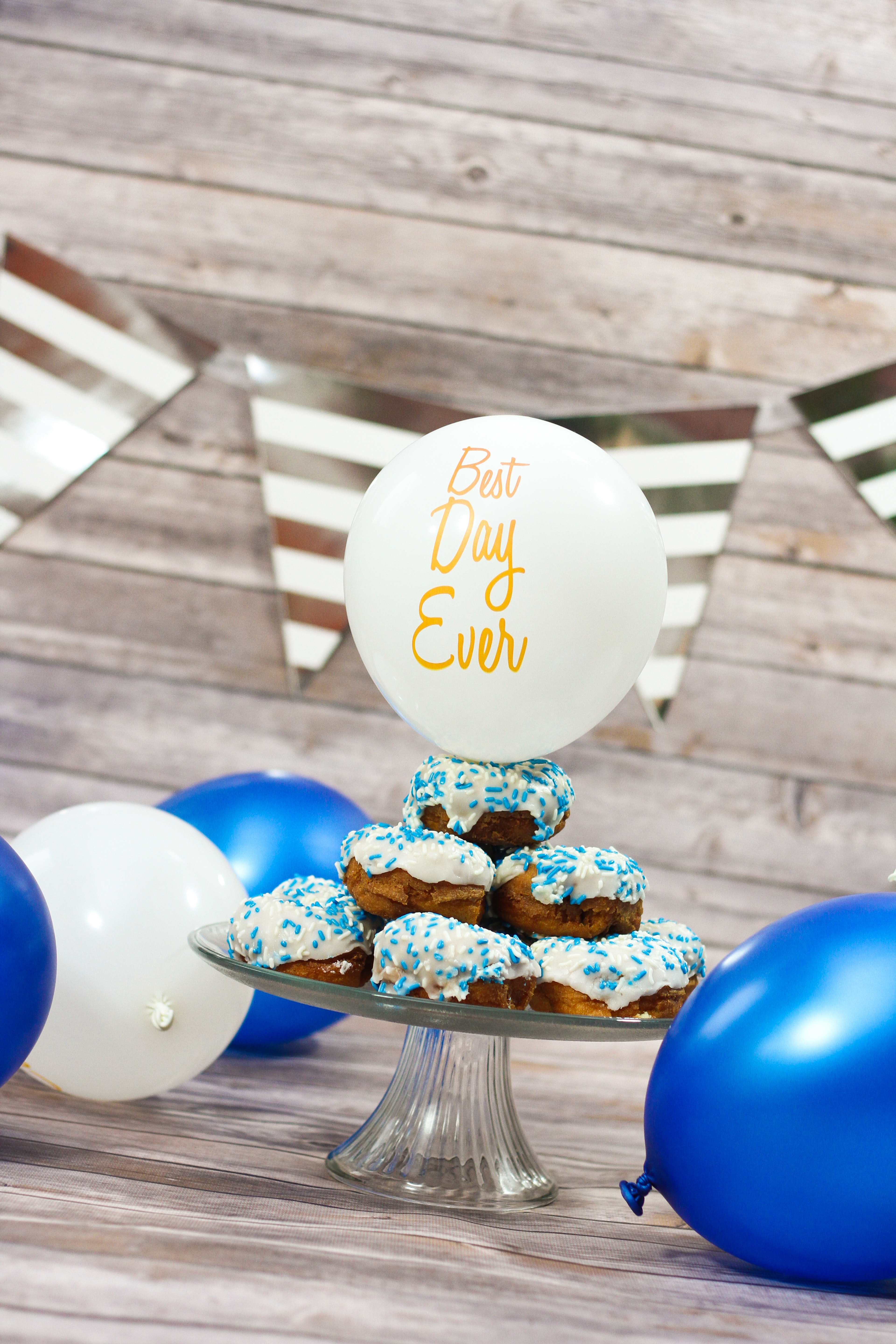 balloon with best day ever print and cup cakes